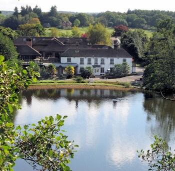 Φωτογραφία του Frensham Pond Hotel, Farnham