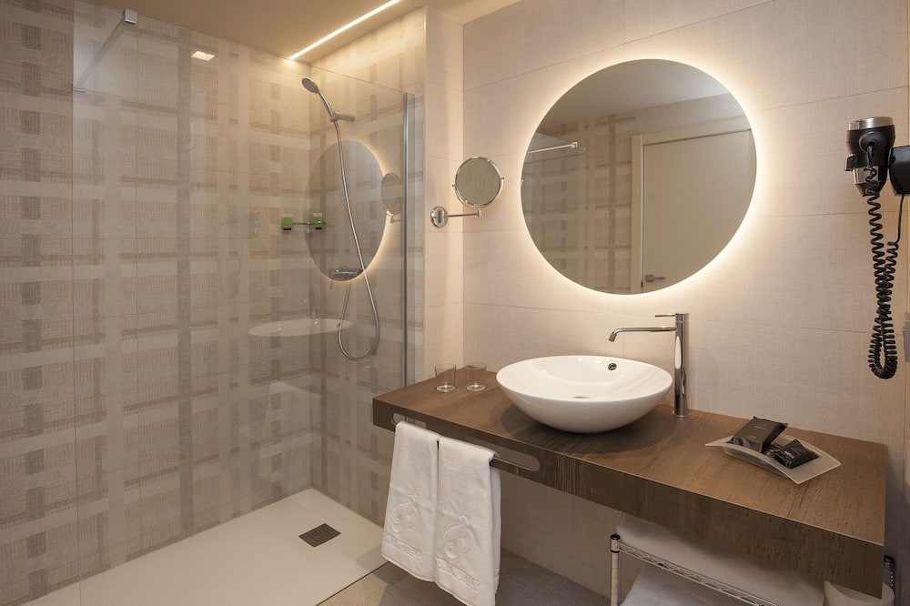 Neljän hengen huone (3 Adults + 1 Children) - Kylpyhuone