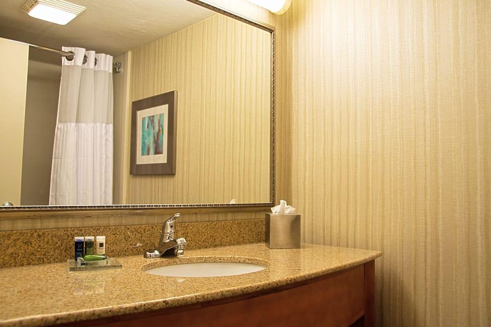 Business Room, 2 Queen Beds, Non Smoking (NonSmoking) - Bathroom