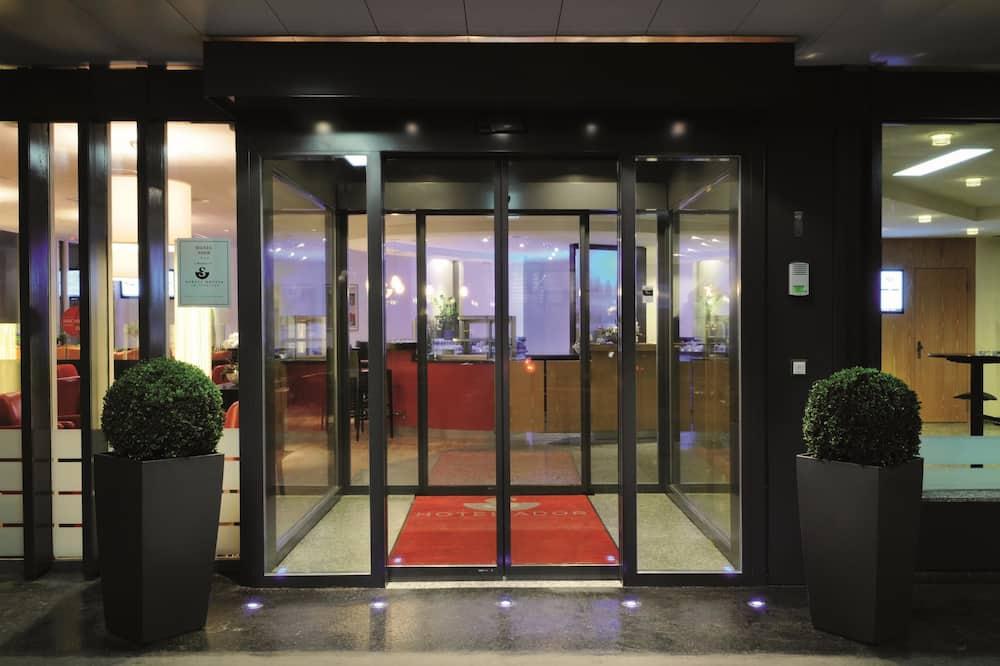 Tremannsrom – business - Hotellinngang