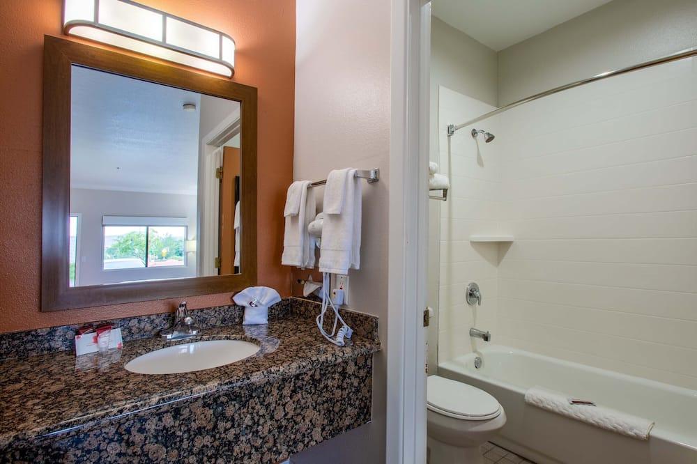 高級客房, 2 張加大雙人床, 壁爐, 山景 - 浴室