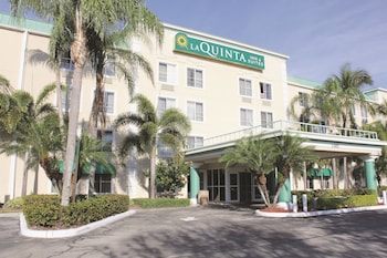 Choose This Cheap Hotel in Sunrise