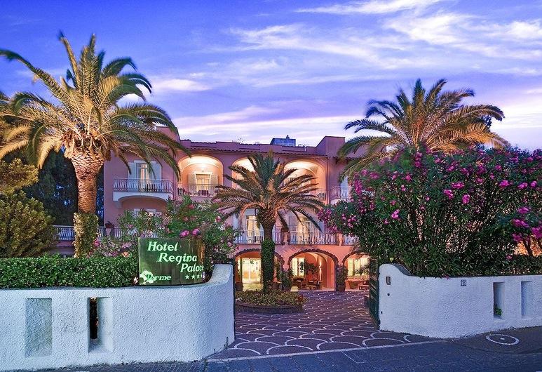 Hotel Regina Palace Terme, Ischia, Hotellin julkisivu illalla/yöllä