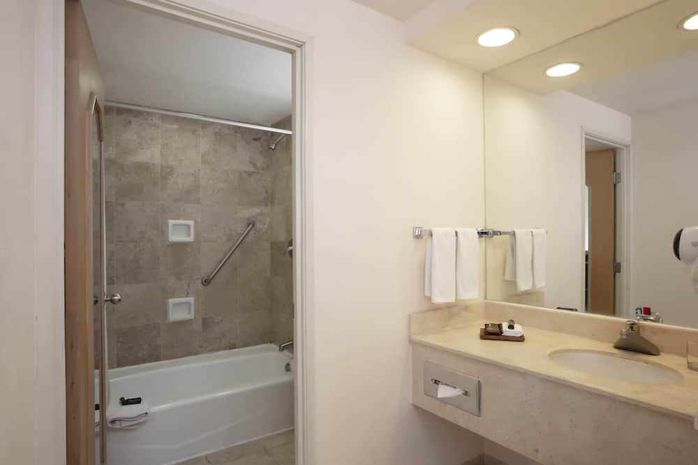 Superior Room, 1 King Bed, Oceanfront - Bathroom