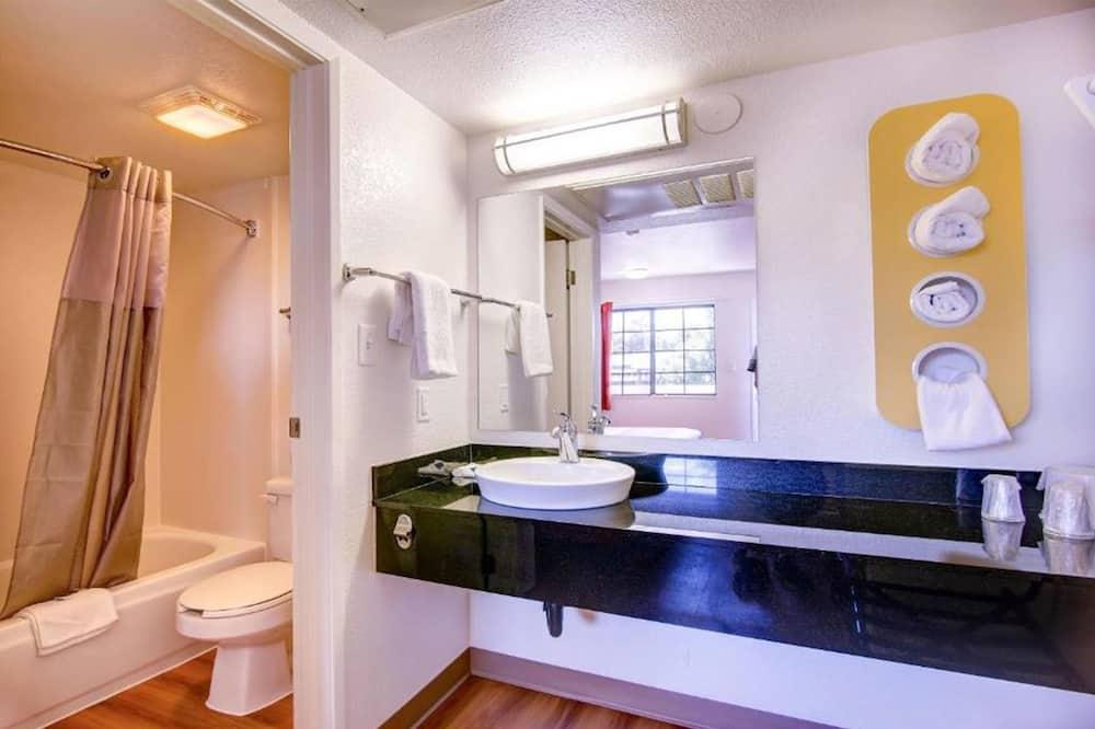 Habitación Deluxe, 2 camas dobles, frigorífico y microondas - Cuarto de baño
