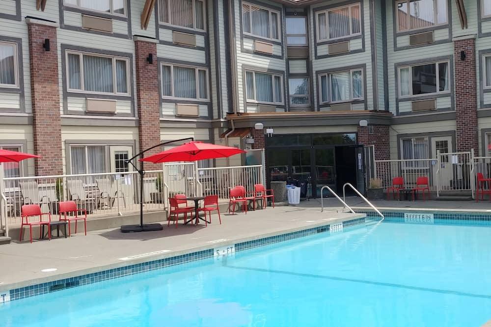 Howard Johnson Hotel & Suites by Wyndham Victoria Elk Lake
