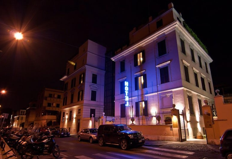 Hotel Center 1&2, Rooma, Hotellin julkisivu illalla/yöllä