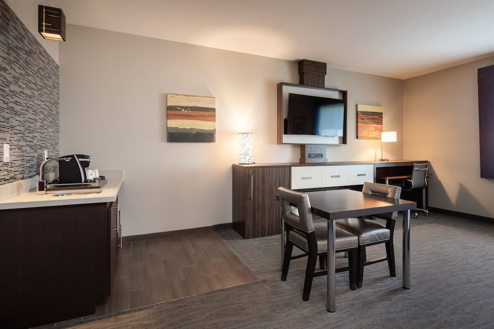 Room, 1 King Bed, Accessible, Non Smoking (Roll-In Shower) - In-Room Dining
