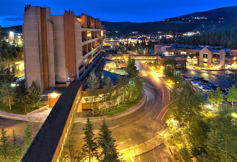 Beaver Run Resort & Conference Center, Breckenridge, Fasada hotelu — wieczorem/nocą