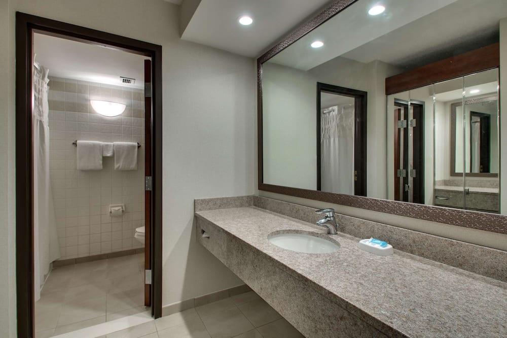 豪華客房, 1 張特大雙人床及 1 張梳化床, 雪櫃和微波爐 - 浴室