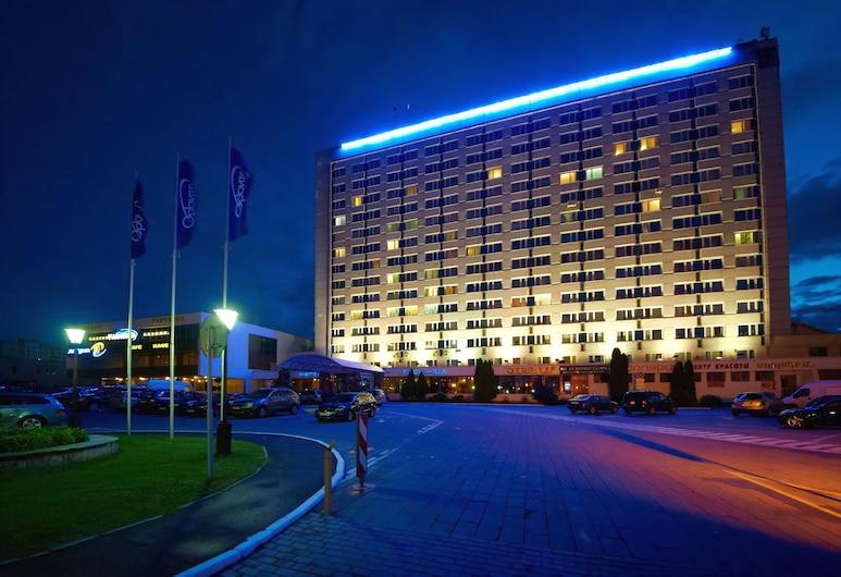 Orbita Hotel Complex, Minsk, Hotelfassade am Abend/bei Nacht