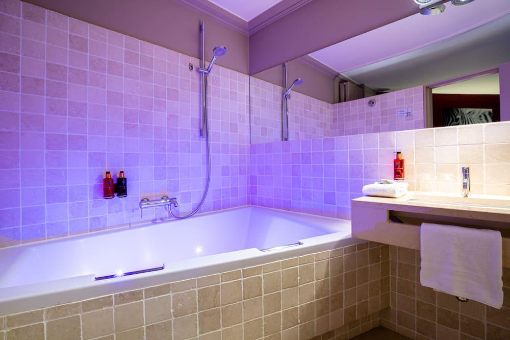 Phòng đôi có thiết kế đặc sắc, Bồn tắm thủy lực (Relax) - Phòng tắm