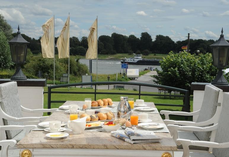 Rheinhotel Vier Jahreszeiten, Meerbusch, Speisen im Freien