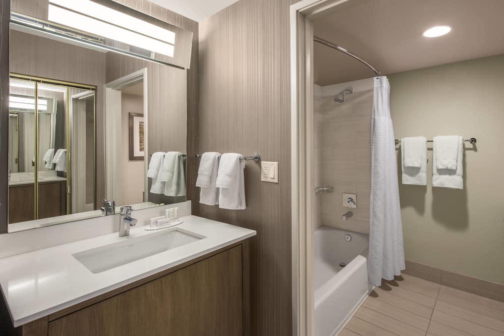 Номер, 1 двуспальная кровать «Кинг-сайз», для некурящих, первый этаж - Ванная комната