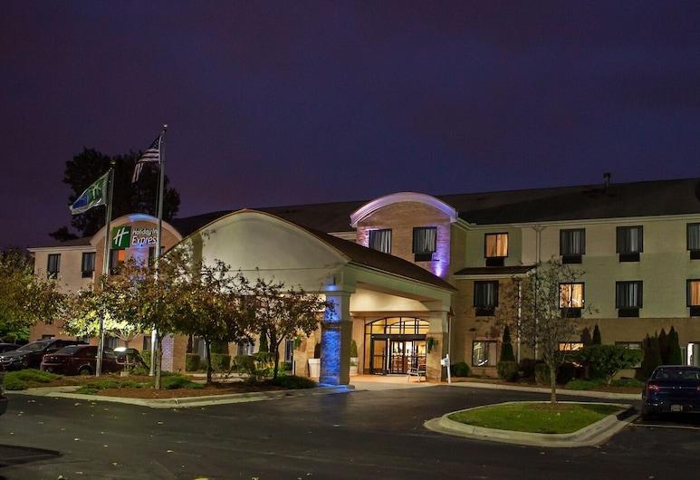 Holiday Inn Express Hotel & Suites Canton, Canton, Fasada hotelu — wieczorem/nocą