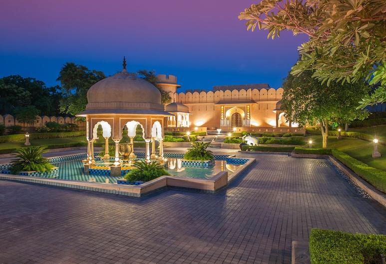 The Oberoi Rajvilas, Jaipur, Fachada do hotel (à noite)