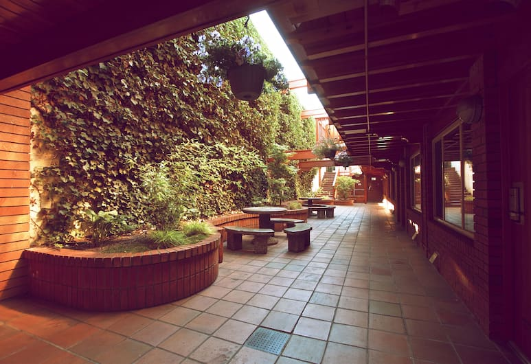 Paul's Motor Inn, Victoria, Courtyard