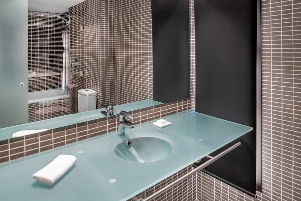 Superior Room, 1 King Bed, Non Smoking, Balcony - Bathroom
