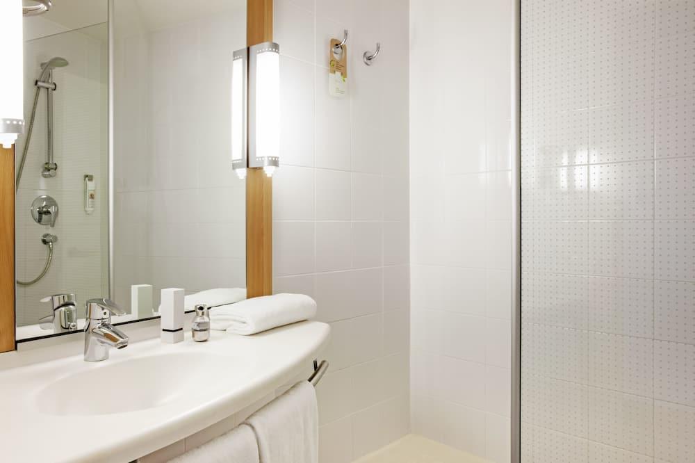 Room, 3 Twin Beds - Bathroom