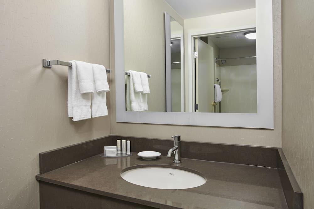 Suite, 2 Double Beds, Non Smoking - Bathroom