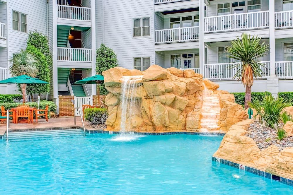 Pool med vattenfall