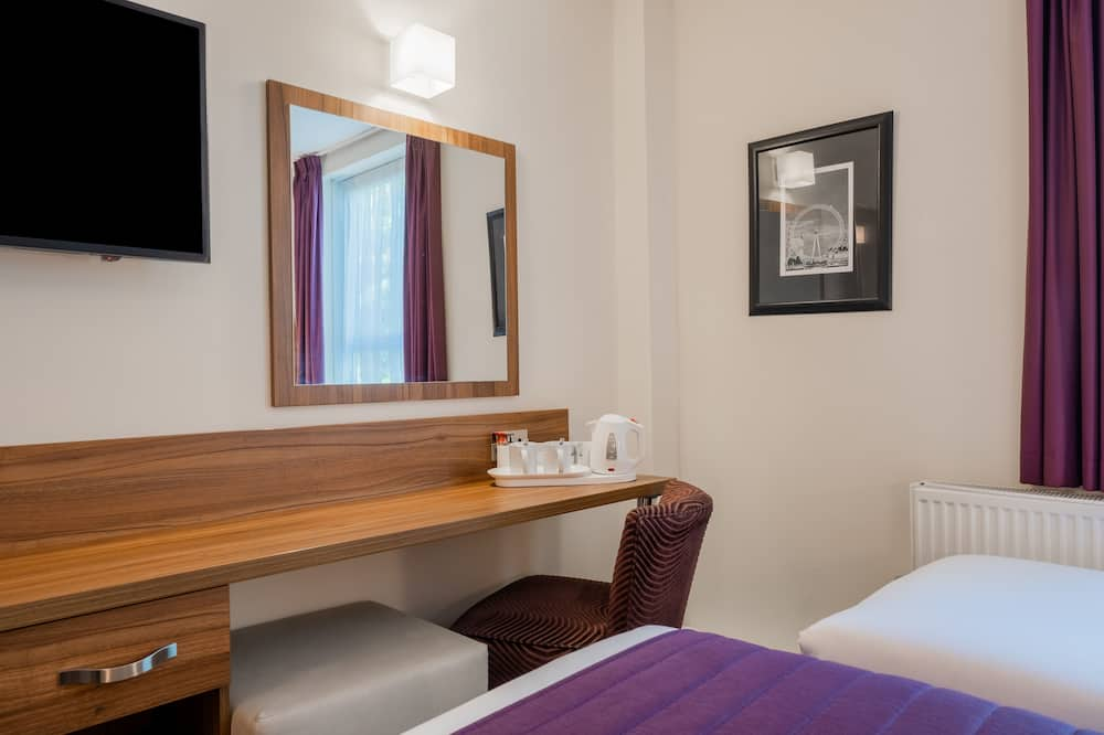 Standard Room, 1 Double Bed and 1 Single Bed - Televisión