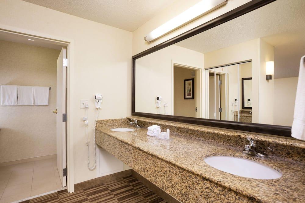 Room, 2 Queen Beds, Non Smoking - Bathroom
