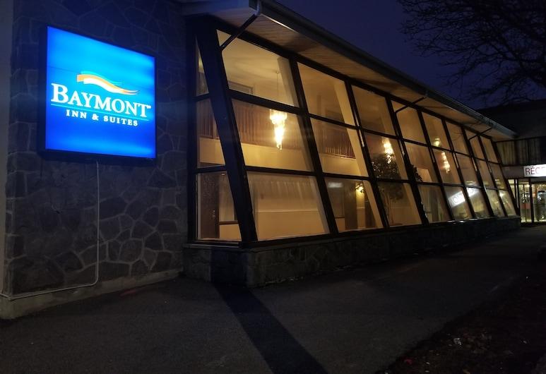 Baymont by Wyndham Montreal Airport, Montreal, Fachada del hotel de noche