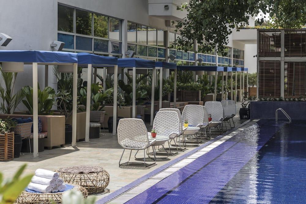 بار على حمام السباحة