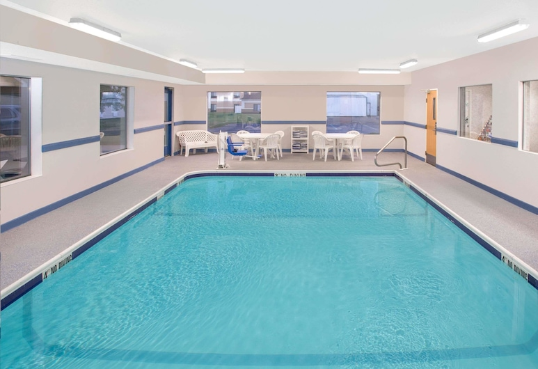 Super 8 by Wyndham Three Rivers, Three Rivers, Pool