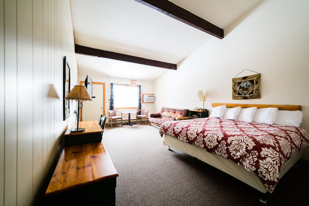 Hiawatha Lodge Inn Eagle River Standard Room 1 King Bed With Sofabed