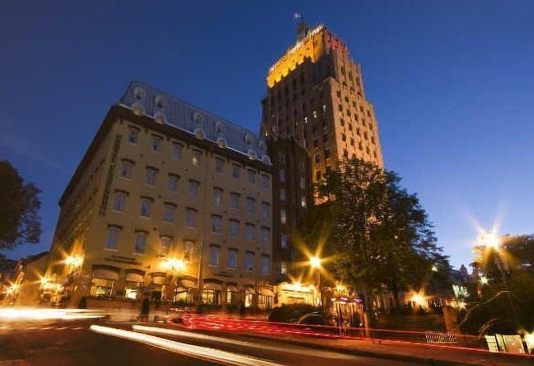 Hotel Clarendon, Québec, Hotelfassade am Abend/bei Nacht