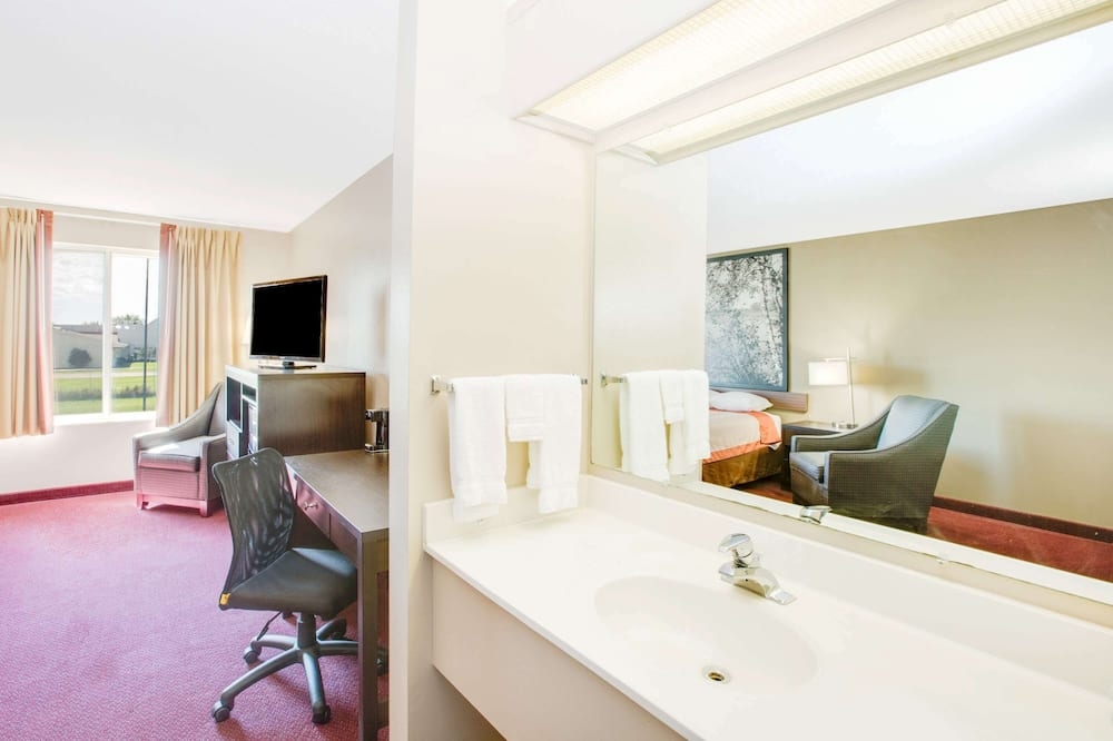 Deluxe Suite, 1 King Bed, Non Smoking, Jetted Tub (kitchenette) - Bathroom