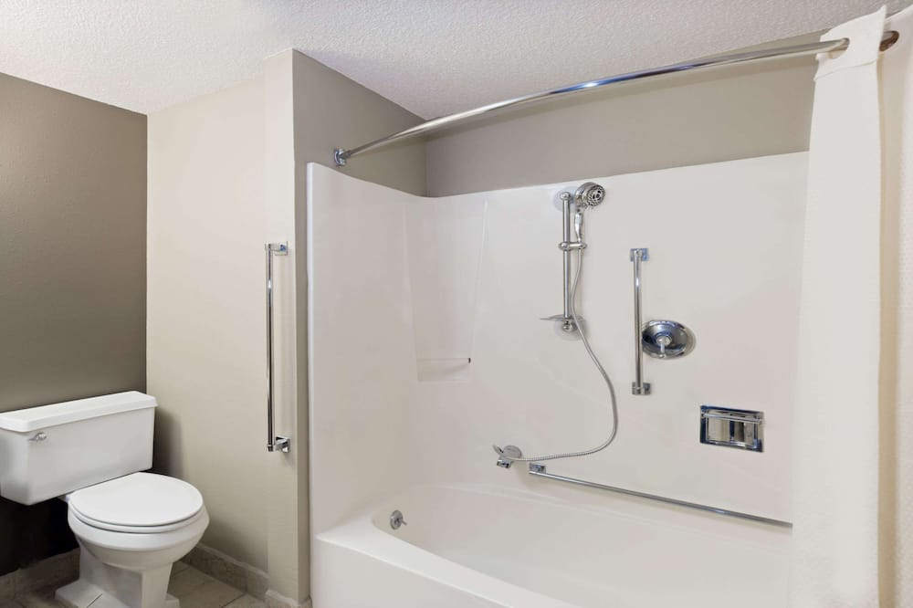 Standard Room, 1 Queen Bed, Accessible, Non Smoking (Mobility Accessible) - Bathroom