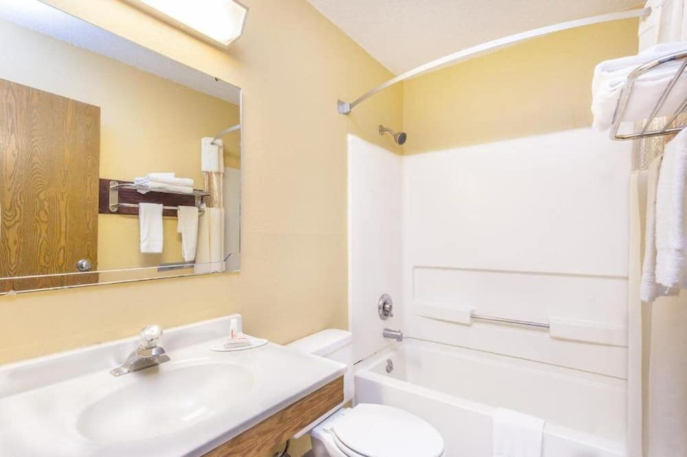 Room, 1 King Bed, Non Smoking, Refrigerator & Microwave - Bathroom