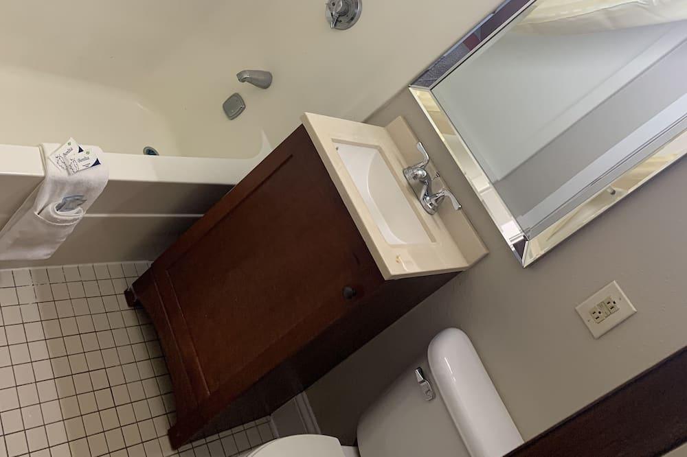 Базовый двухместный номер с 1 или 2 кроватями, для курящих - Ванная комната