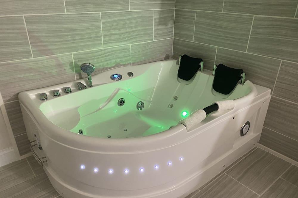 Дизайнерский номер, 1 двуспальная кровать «Квин-сайз», для некурящих, гидромассажная ванна - Ванная комната