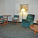 ห้องสวีท, เตียงคิงไซส์ 1 เตียง และโซฟาเบด - พื้นที่นั่งเล่น