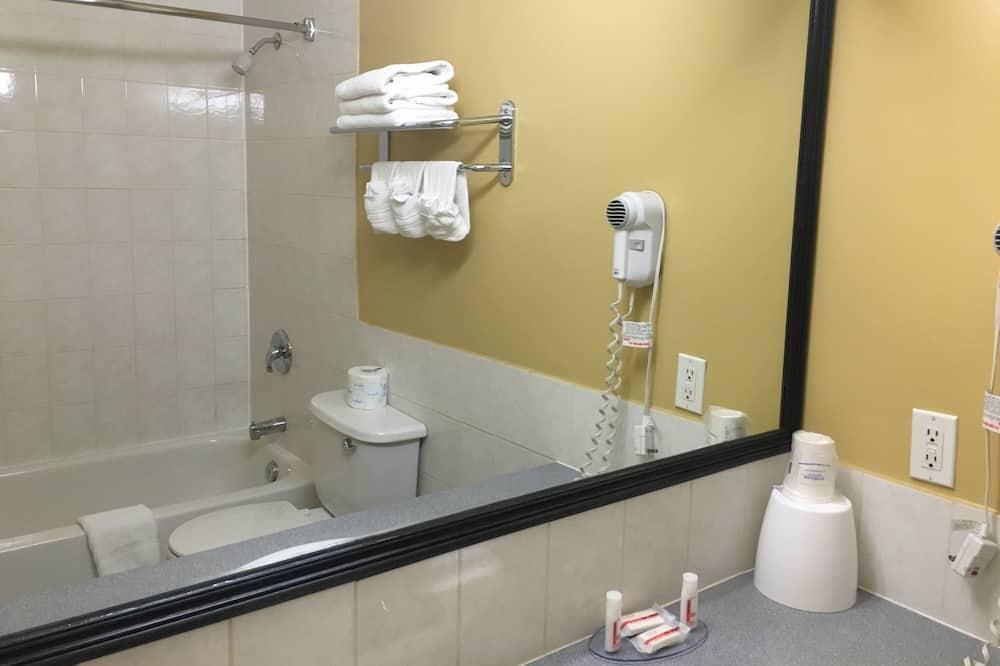 Номер, 1 двуспальная кровать «Кинг-сайз», для некурящих (Second Floor) - Ванная комната