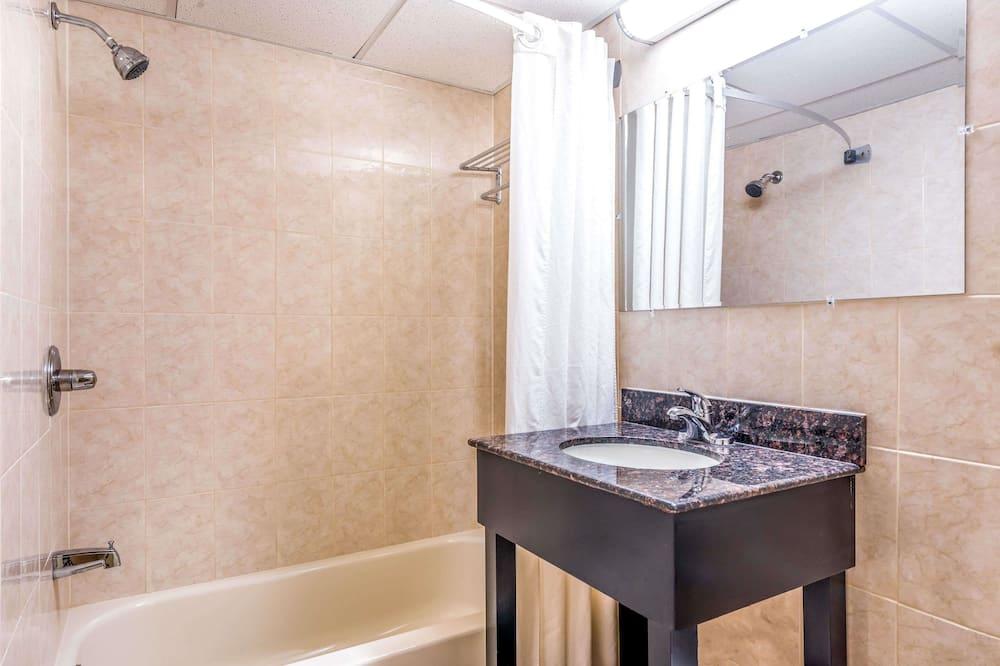 Standartinio tipo kambarys, 1 labai didelė dvigulė lova - Vonios kambarys