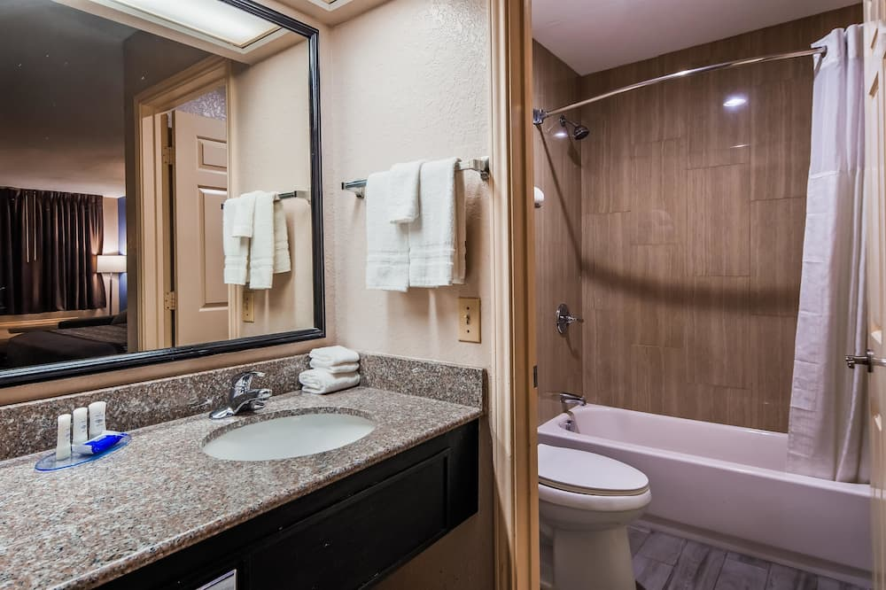 Standard Room, 1 King Bed, Non Smoking, Refrigerator & Microwave (with Single Sofabed) - Bathroom