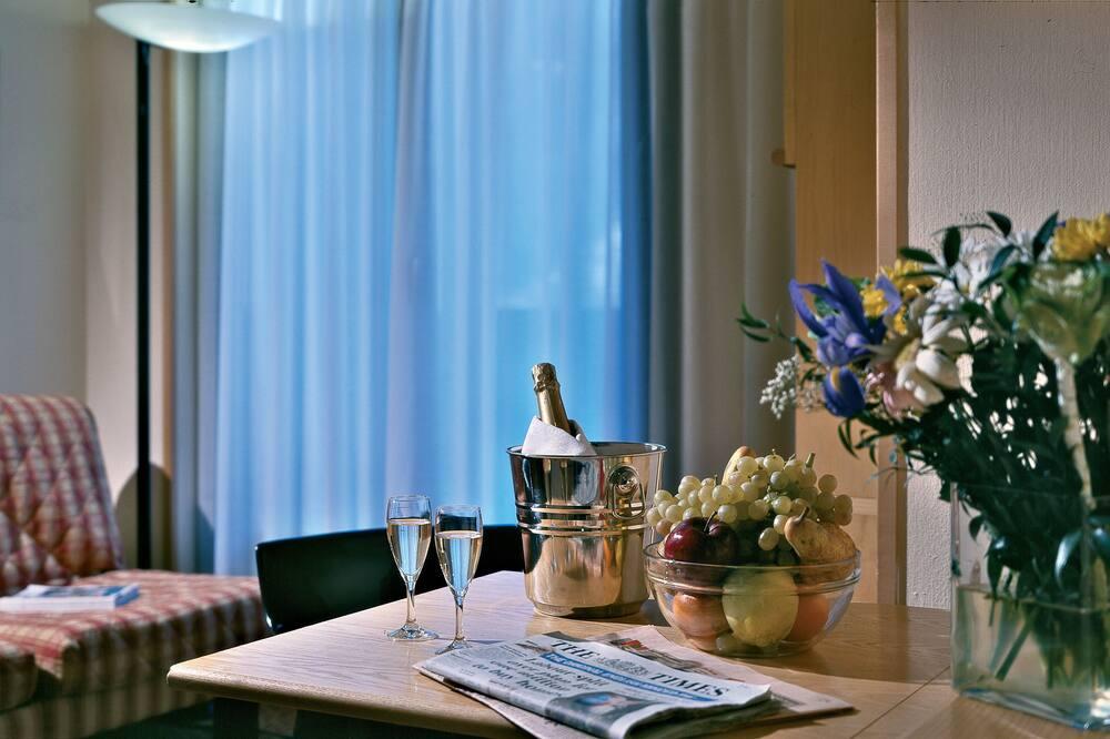 Улучшенный четырехместный номер, вид на горы - Обед в номере