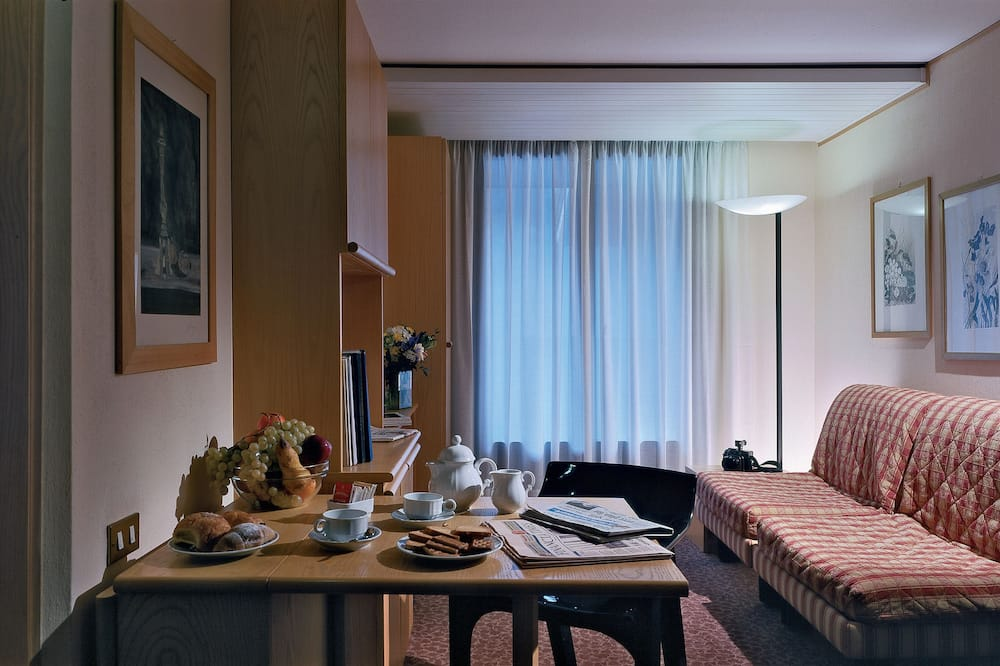 Улучшенный четырехместный номер, вид на горы - Зона гостиной
