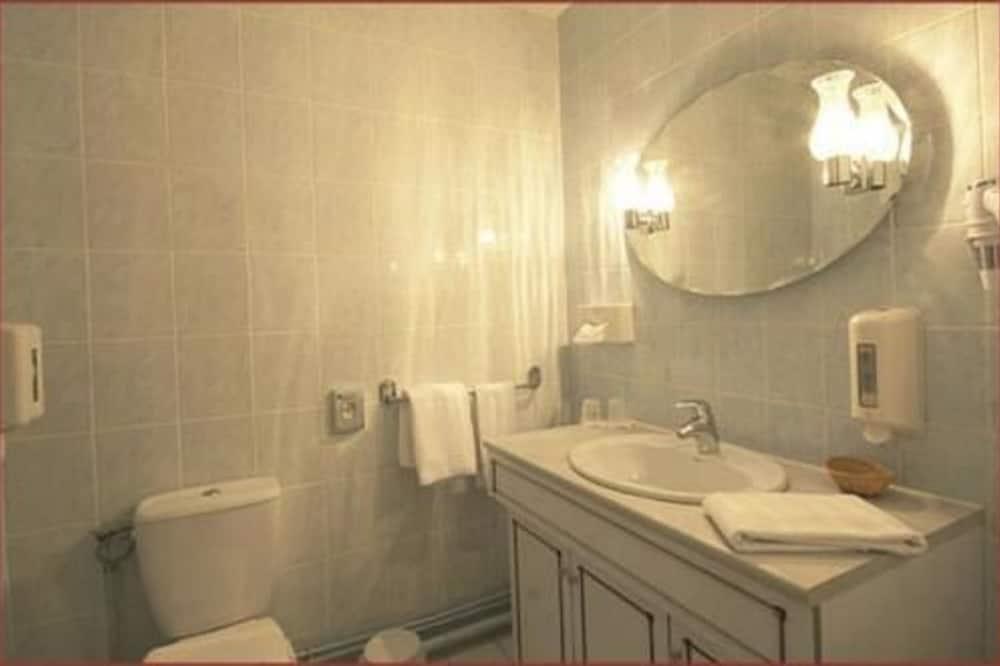 Chambre Triple (Shower Only) - Salle de bain
