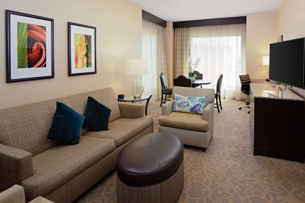 Suite, One King Bed, Non-Smoking - Living Area
