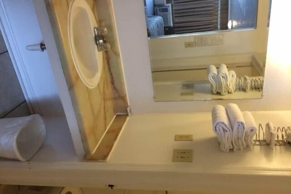 Double Room, 2 Queen Beds, Non Smoking - Bathroom