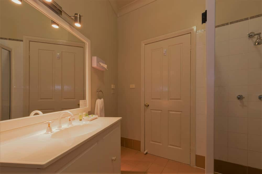 Liukso klasės kambarys (1 dvigulė / 2 viengulės lovos), Kelios lovos - Vonios kambarys