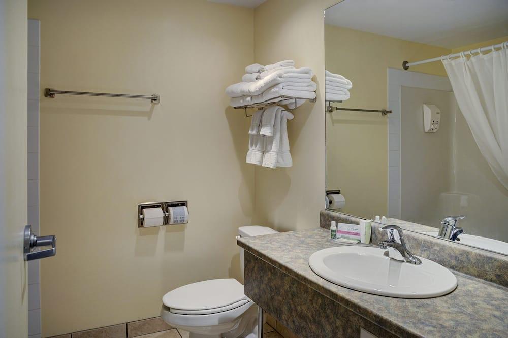 Standard Studio Suite, 1 Queen Bed - Bathroom