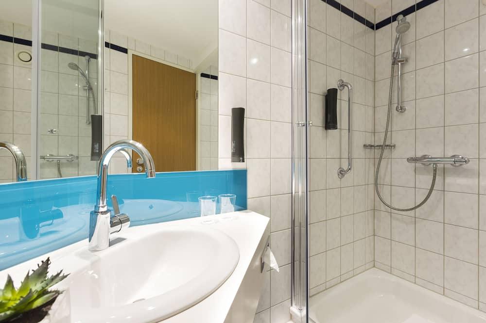 Pokoj, dvojlůžko (180 cm) a rozkládací pohovka - Koupelna