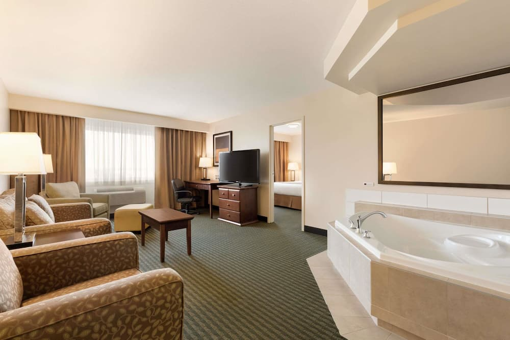 Deluxe Suite, 1 King Bed, Non Smoking (One-Bedroom) - Guest Room